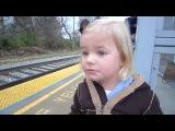 Смешная девочка ждет прибытия поезда